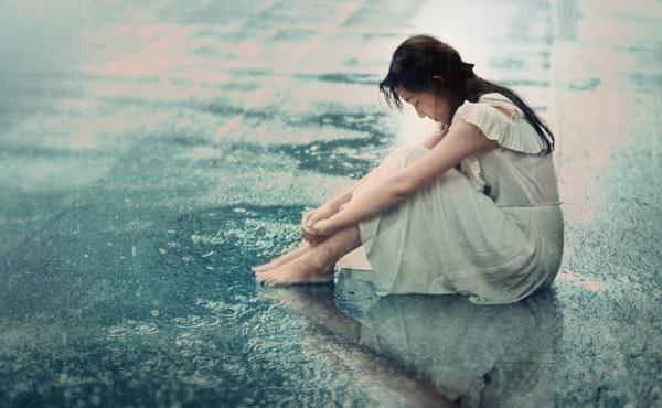 Cô gái bị đuổi khỏi nhà không thương tiếc vì người yêu dẫn 'tiểu tam' về. Ảnh minh họa