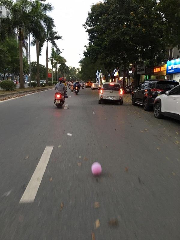 Gió lốc xuất hiện trên nhiều con phố ở Hà Nội từ giờ tan tầm.