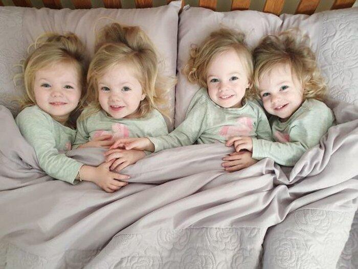 4 đứa trẻ đều rất đang yêu và xinh xắn.