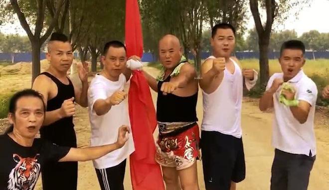 Hà Hưng Quả (thứ hai từ trái qua) cùng một số 'bậc thầy võ thuật' hồi cách đây gần 1 năm.