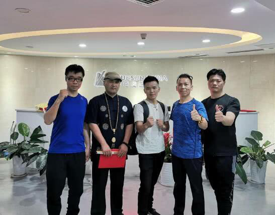 Theo tờ báo Trung Quốc thì danh xưng 'Hậu duệ Hàng Long Thập Bát Chưởng' của Hà Hưng Quả thực chất chỉ như một cú lừa của ban tổ chức.