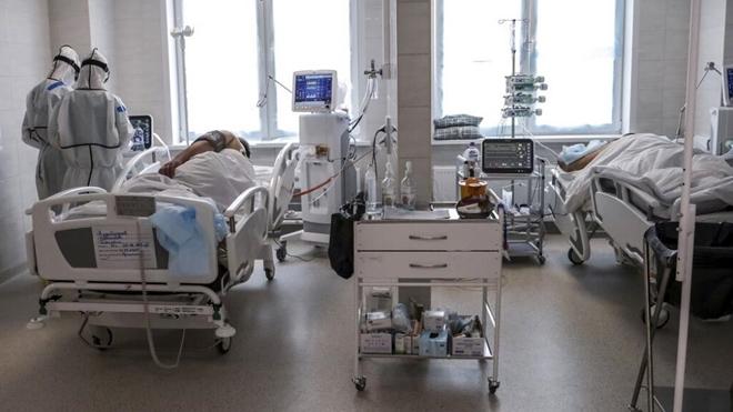 Trong khu điều trị COVID-19 của Nga. Ảnh: TASS