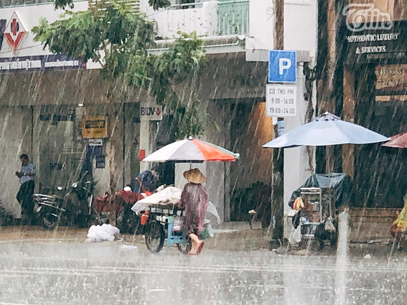 Những gánh hàng rong, xe đẩy dưới cơn mưa tầm tã.