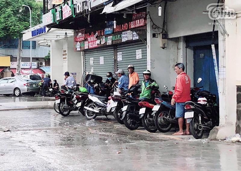 Người Sài Gòn trú mưa...