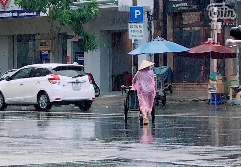 Bóng dáng người phụ nữ mưu sinh giữa cơn mưa lớn...