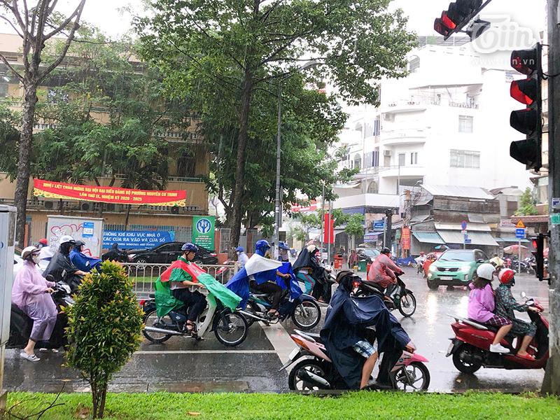 'Bạn thân'của người Sài Gòn mùa này chính là áo mưa...