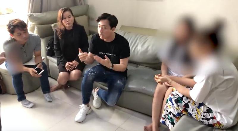 Trấn Thành bị cư dân mạng ý kiến vì không cởi giày trong clip 'làm việc' với người tung tin đồn 1