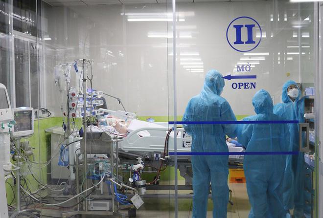 Các bác sĩ đang chăm sóc bệnh nhân số 91