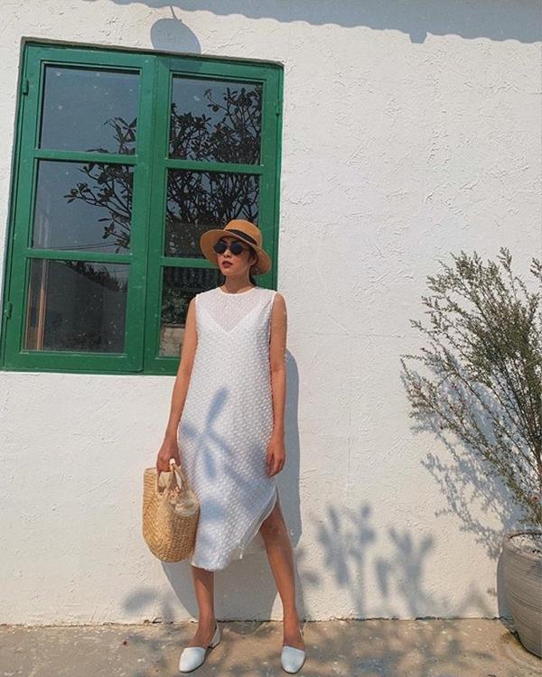 Bên cạnh váy họa tiết thì tủ đồ của Tăng Thanh Hà không thể thiếu những thiết kế trơn màu đơn giản, mà trong đó trắng và đen chính là 2 màu sắc chiếm đa số.Người đẹp có hẳn một bộ sưu tập váy trắng. Đây cũng là item hot xình xịch được nhiều quý cô thời trang lựa chọn mỗi khi vào hè. Dễ dàng nhận thấy những mẫu váy dài đơn sắc đã giúp Hà Tăng hoàn thiện phong cách, mang đến hình ảnh vừa trẻ trung, năng động mà vẫn sang trọng, thanh lịch.