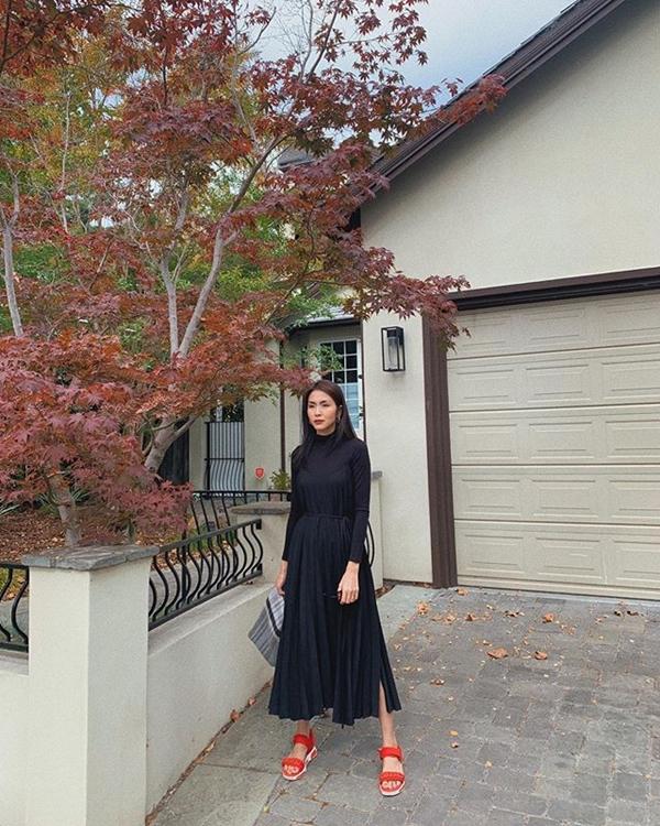 Cô nàng cũng không ngại kết nạp thêm váy đen đơn giản vào trong BST thời trang của mình. Những mẫu đầm đen được nhiều người mặc định là già dặn ấy thế mà được người đẹp họ Tăng chinh phục dễ dàng nhờ lối mix match phụ kiện đi kèm khéo léo.