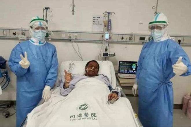 Bác sĩ Hu Weifeng trong quá trình điều trị. Ảnh: CCTV