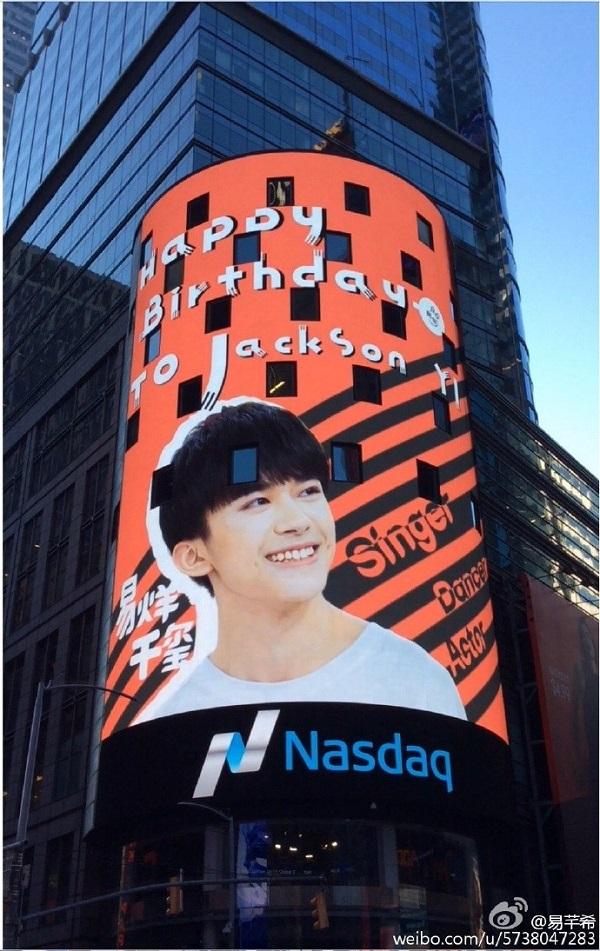 Fan của Dịch Dương Thiên Tỉ thuê hẳn bảng quảng cáo ở Quảng trường Thời Đại, New York để chúc mừng sinh nhật cậu.