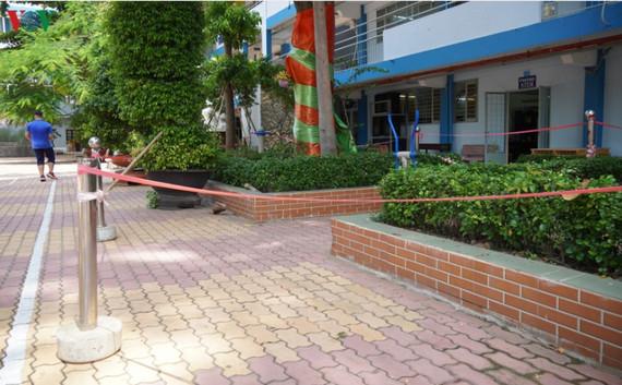 Các trường cũng giăng niêm phong để hạn chế học sinh qua lại trong thời gian các cây được kiểm tra, bắt bệnh