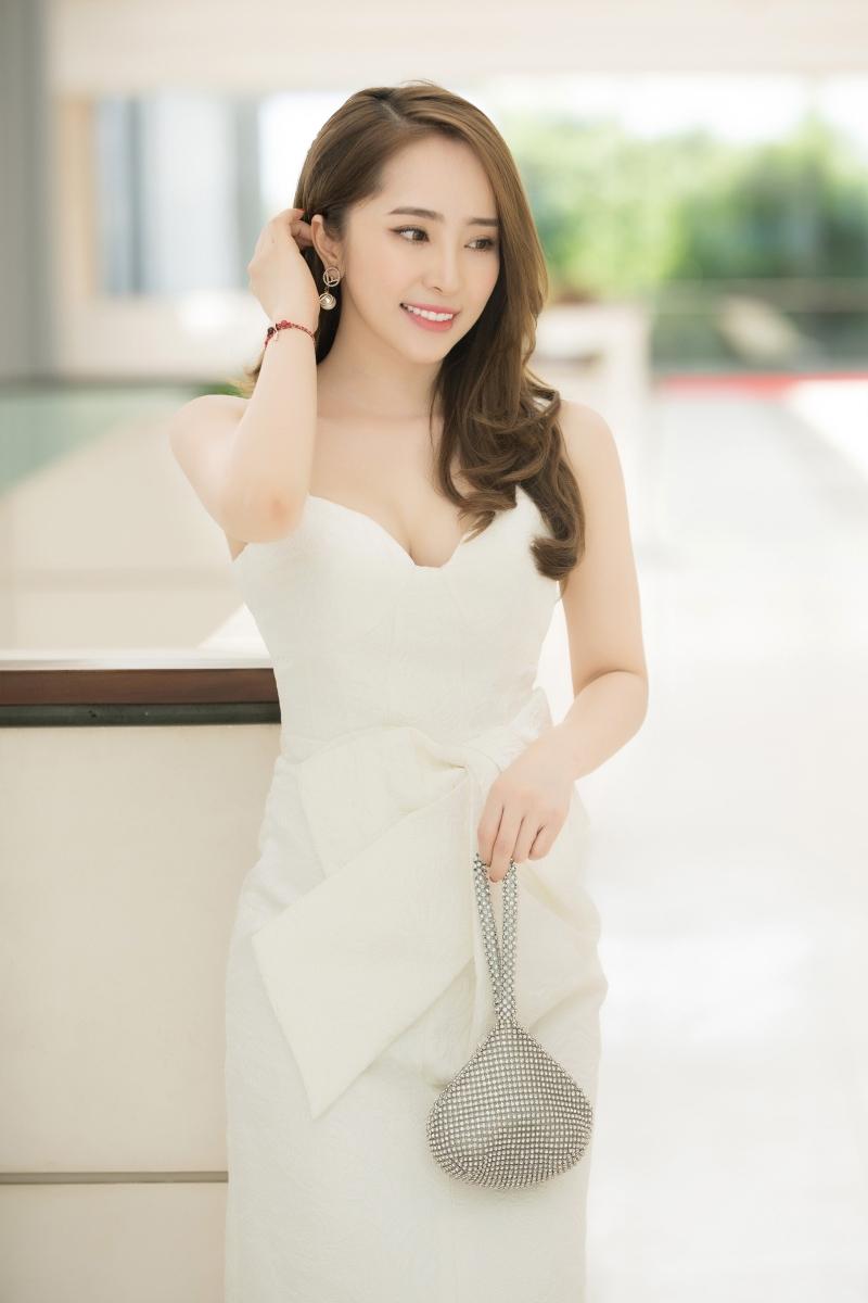 Cô cũng chọn phong cách makeup tối giản, trong trẻo với mái tóc buông lơi nhẹ nhàng thanh lịch và đầy thu hút.