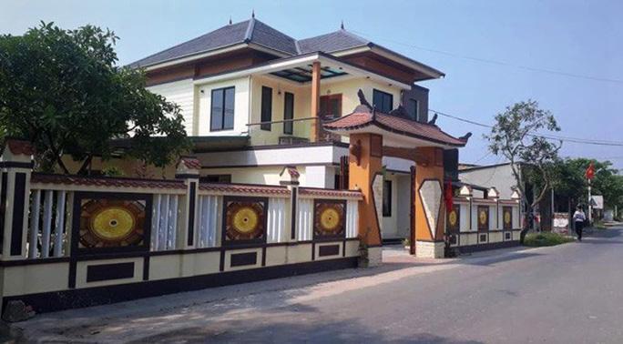 Tư dinh của ông Võ Ngọc Khoa - Trưởng phòng Nông nghiệp và Phát triển nông thôn huyện Triệu Phong khiến dư luận trầm trố.