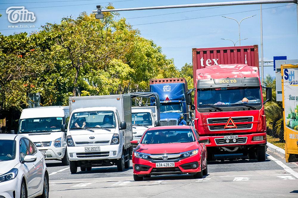 Hàng dài xe lớn nối đuôi và 'trải' thành hàng ngang chiếm hết các làn đường, gần như không còn khu vực để xe máy di chuyển.