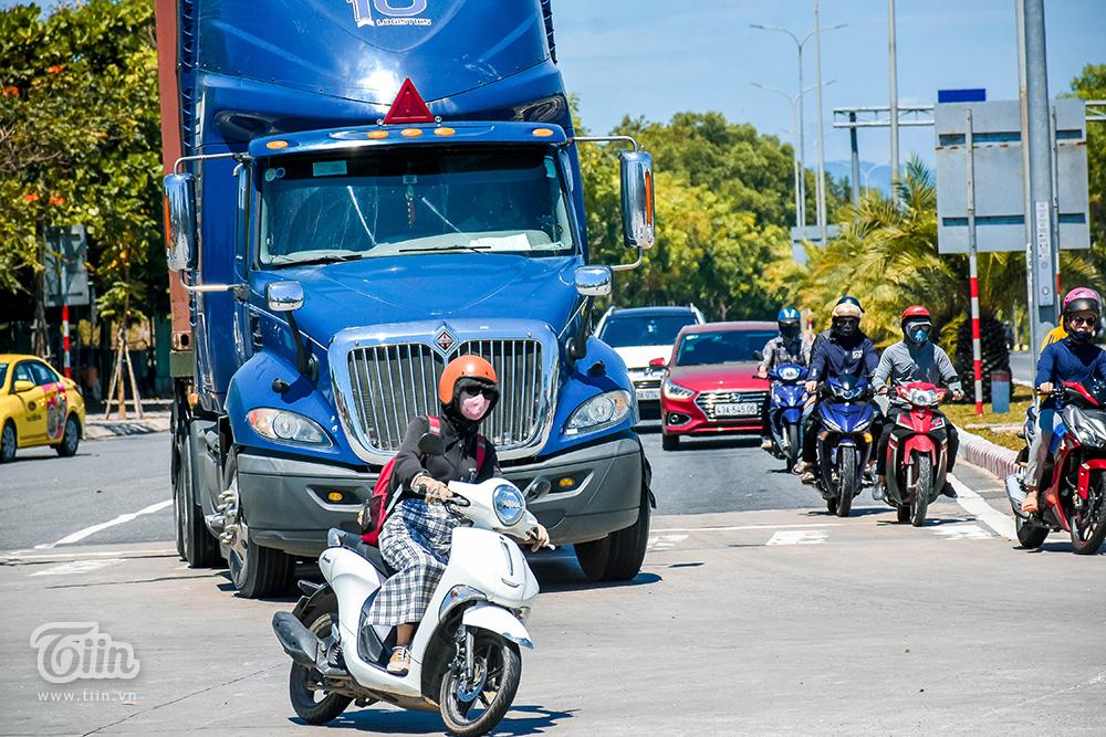 Cận cảnh một pha vượt mặt xe container như trong phim hành động do một phụ nữ lái xe máy 'trình diễn'.