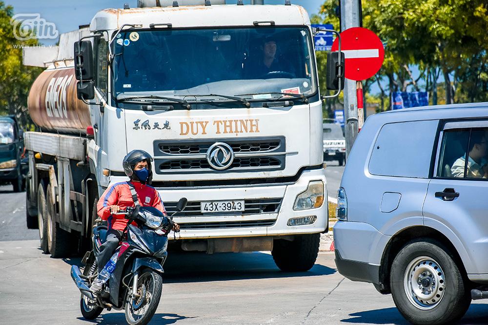 Rất nhiều pha vượt mặt bất chấp nguy hiểm của chủ các phương tiện diễn ra, do áp lực thời gian và nắng nóng, họ chỉ biết phi xe thật nhanh để thoát khỏi đám đông xe lớn mà quên mất sự an toàn cho bản thân.