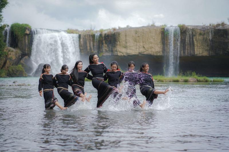 Hoa hậu H'Hen Niê cover 'vũ điệu rửa tay' cùng hội chị em gái dân tộc Êđê 1