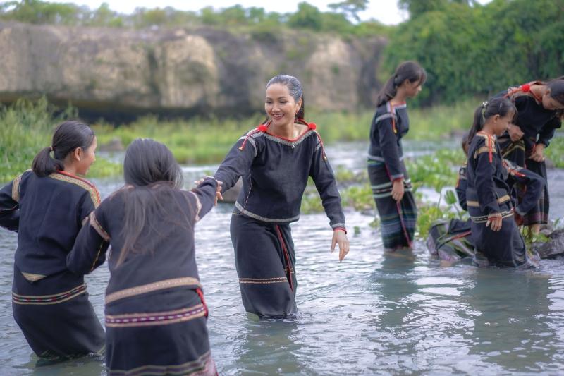 Hoa hậu H'Hen Niê cover 'vũ điệu rửa tay' cùng hội chị em gái dân tộc Êđê 2