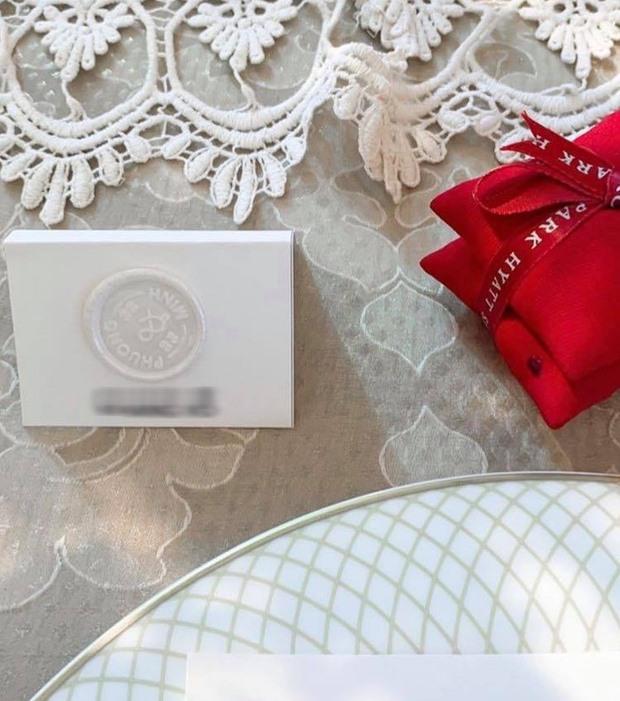 Mọi món đồ trong lễ đính hôn đều được in logo Phượng Minh rất cầu kì, trang trọng.
