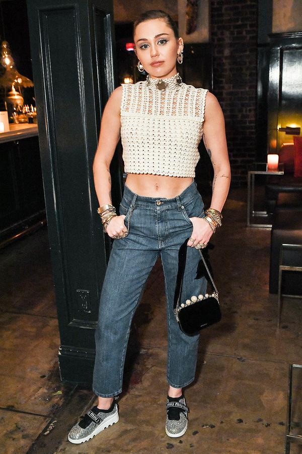 Miley Cyrus chưa bao giờ ngần ngại trong việc khoe da thịt. Vì thế, những chiếc áo crop top không phải 'ca khó' đối với nữ ca sĩ.
