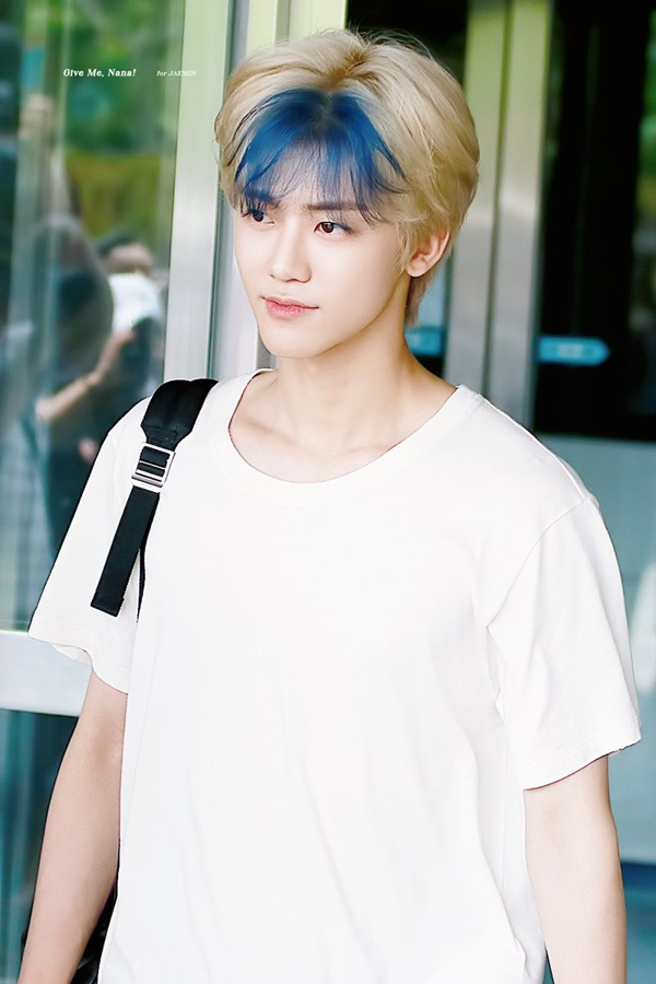 Jaemin (NCT) được xem là một trong những Idol đi đầu xu hướng này trong làng Kpop. Nhuộm một 'chỏm tóc' màu xanh siêu dễ thương.Sự kết hợp giữa hai tông màu vàng và xanh giúp Jaemin nhận được 'cơn mưa' lời khen của dân mạng.