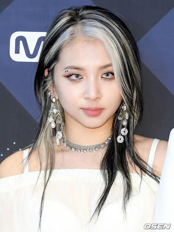 Cô nàng Jun Jinwoo của KARD 'cực cool' với kiểu tóc 'móc lai' phần mái. Bên cạnh đó, nữ Idol cũng khéo léo cắt layer'buông lơi' cùng kiểu trang điểm sắc sảo càng tô điểm cho vẻ ngoài 'chất lừ' của mình.