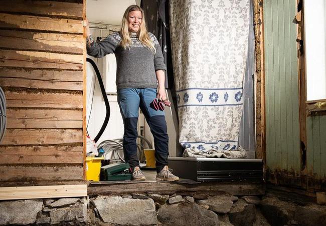 Cặp vợ chồng tháo dỡ sàn nhà để lắp đặt tấm cách nhiệt thì vô tình phát hiện ra điều bí mật phía dưới.