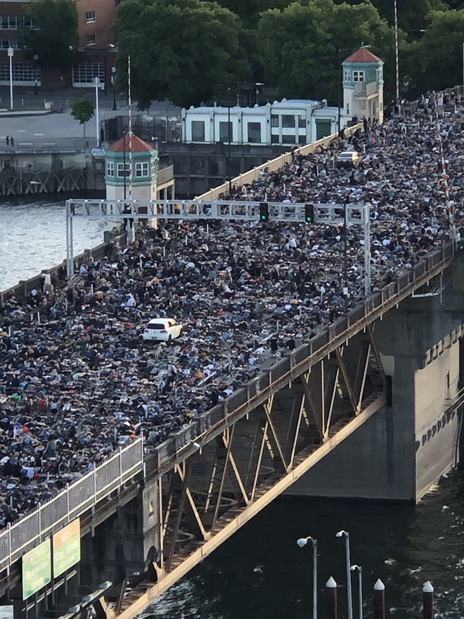 Cây cầu bị tắc nghẽn do người biểu tình.
