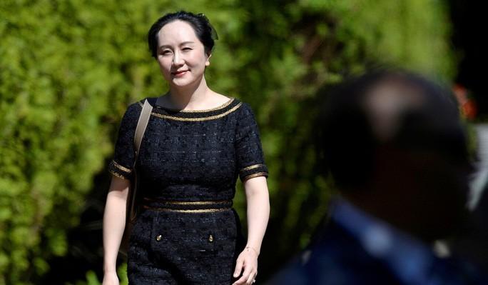 Giám đốc tài chính của Tập đoàn Huawei Mạnh Vãn Chu rời khỏi nhà đến phiên xử hôm 27-5. Ảnh: Reuters