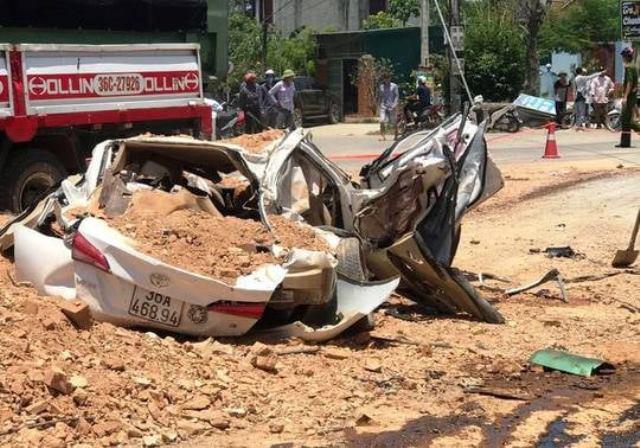Hiện trường xe tải đè bẹp xe con khiến 3 người tử vong