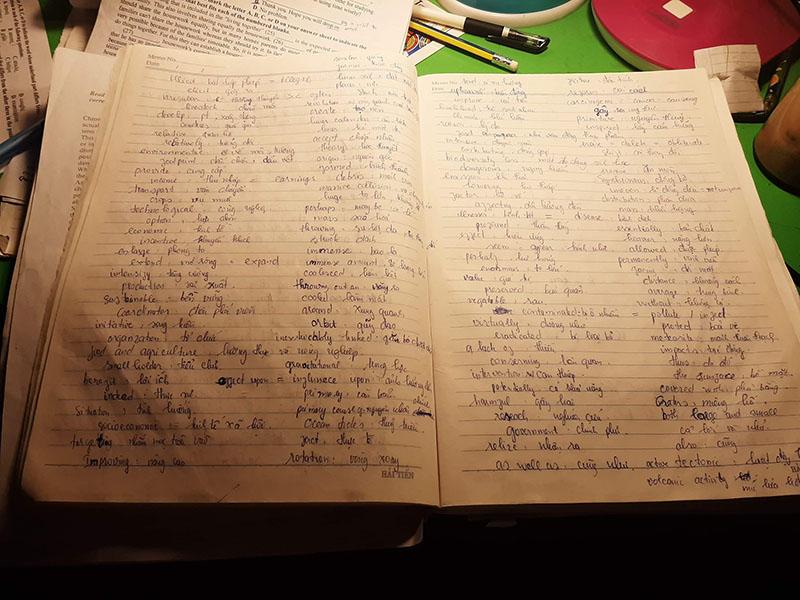 Quyển vở này cũng không kém cạnh, ghi từ mới tiếng Anh rất cẩn thận (Ảnh: Phạm Tuấn)