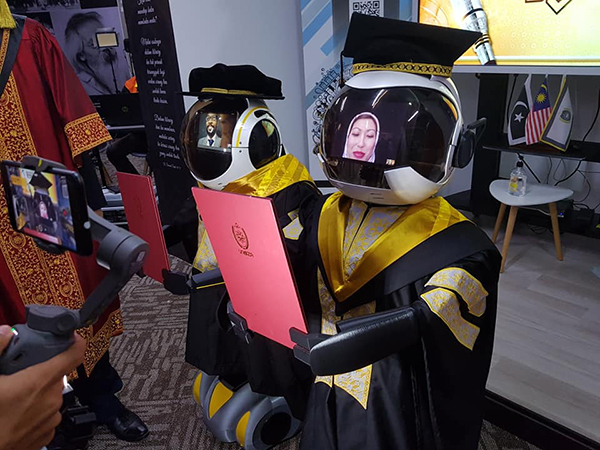SInh viên sẽ tham gia sẽ tốt nghiệp từ xa thông qua cuộc gọi video trên màn hình gắn tại đầu robot.