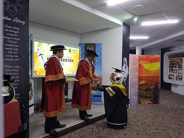 Đại học Sultan Zainal Abidin có ý tưởng dùng robot thay sinh viên nhận bằng tốt nghiệp để giảm nguy cơ lây bệnh.