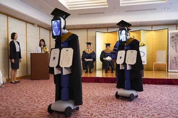 Một lễ tốt nghiệp có sự tham gia của robot tại trườngBusiness Breakthrough, Nhật Bản trước đó.
