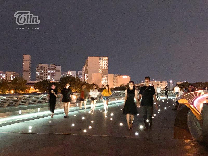 Cầu được lắp đặt hệ thống đèn led trên lối đi tựanhững ngôi sao lấp lánh trải dài