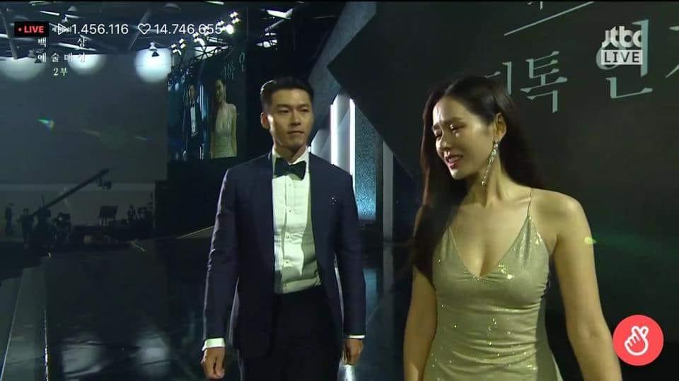 Khi lên bục nhận giải, Hyun Bin liên tục nhìn Son Ye Jin
