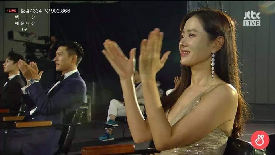 Vị trí chỗ ngồi của Hyun Bin và Son Ye Jin trong lễ trao giải. Mặc dù vì tình hình dịch bệnh nên phải ngồi cách xa nhau, thế nhưng vẫn không ảnh hưởng đến tình thần shipper 'đẩy thuyền'.