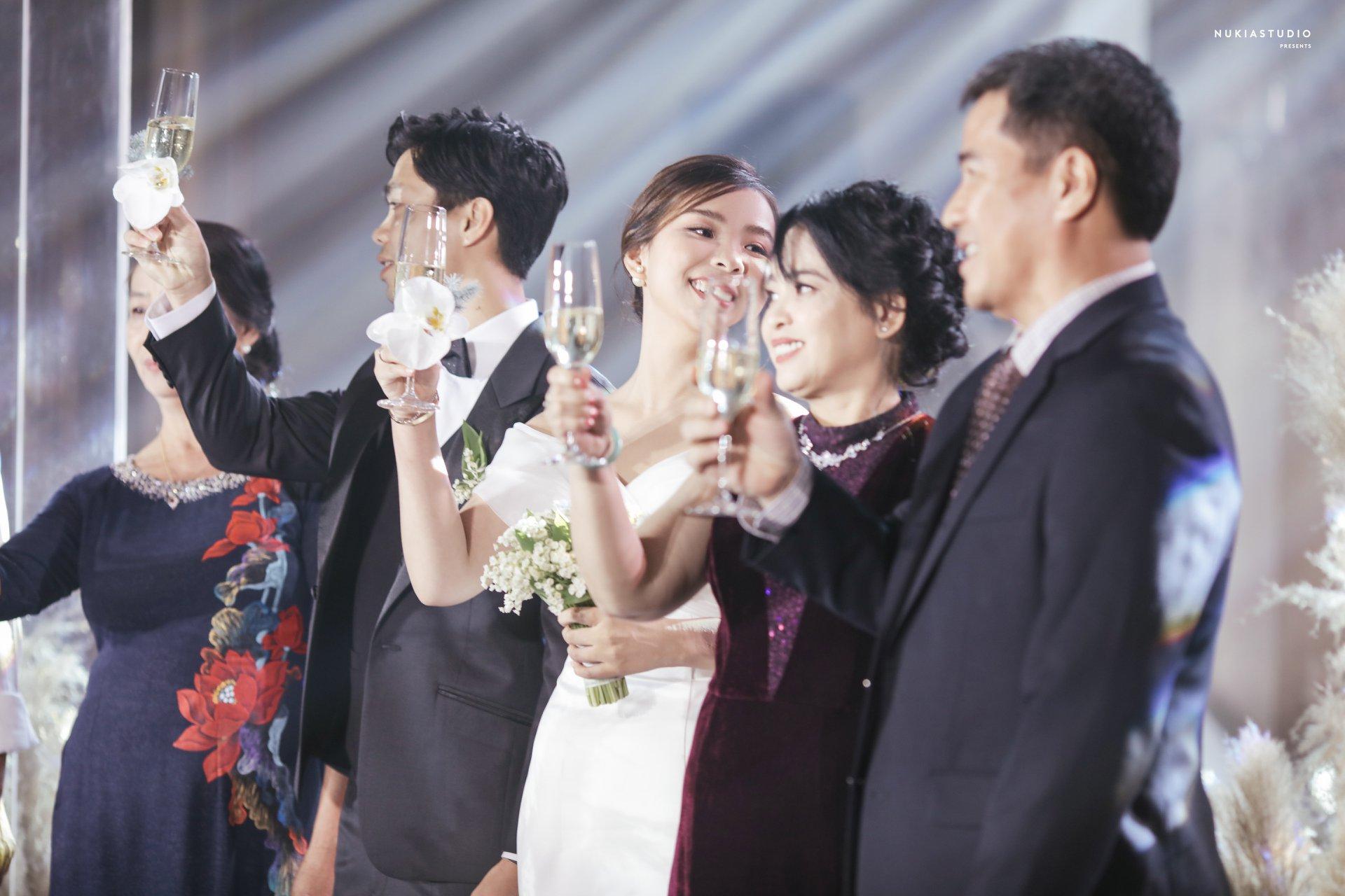 Phần lễ được tổ chức tại gia đình, còn phần tiệc được tổ chức tại một khách sạn 5 sao ở TP.HCM