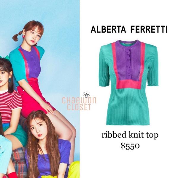Mẫu áo len hai màu bị chê già của Chaewon vậy mà cũng đã có giá 550 USD, chừng 12.8 triệu VNĐ