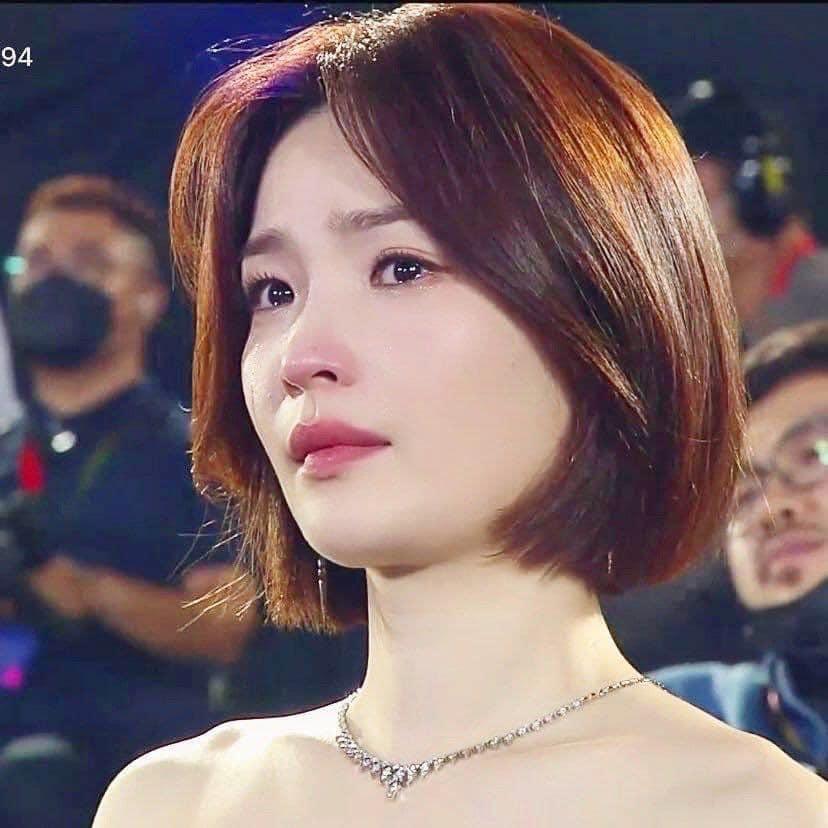 Khoảnh khắc rơi lệ của 'giáo sư' Chae Song Hwa (Hospital Playlist) tại Baeksang 2020 khiến dân mạng xao xuyến 0