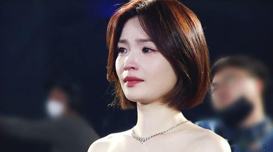 Khoảnh khắc rơi lệ của 'giáo sư' Chae Song Hwa (Hospital Playlist) tại Baeksang 2020 khiến dân mạng xao xuyến 1