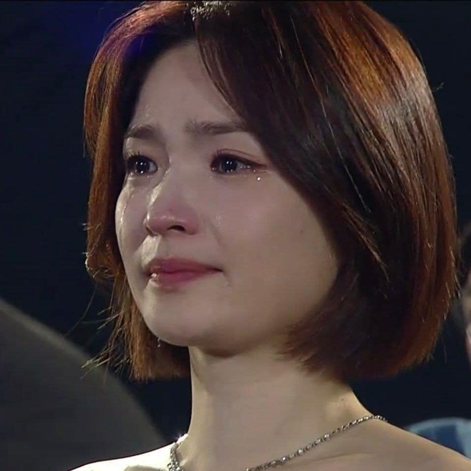 Khoảnh khắc rơi lệ của 'giáo sư' Chae Song Hwa (Hospital Playlist) tại Baeksang 2020 khiến dân mạng xao xuyến 2