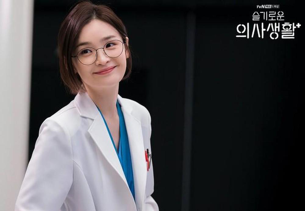 Trong Hospital Playlist, Jeon Mi Do vào vai Chae Song Hwa, bác sĩ khoa thần kinh, là một người toàn tài, là chỗ dựa tinh thần vững chắc cho F5