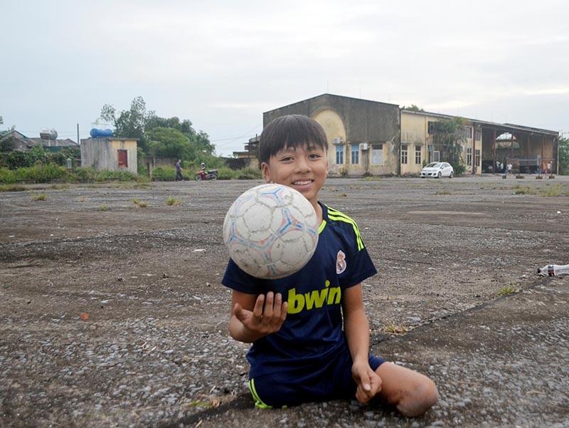 Hưng yêu thích đá bóng từ bé.