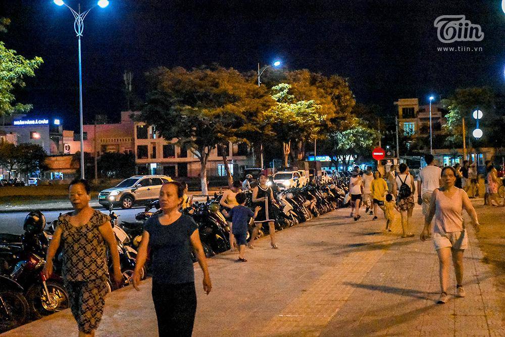 Khu vực rộng lớn với gió thổi được nhiều người tận dụng để đi dạo, tập trung từ lúc 7h tối cho đến đêm khuya, nhiều người vẫn chưa về do ám ảnh cái nóng của phòng trọ.