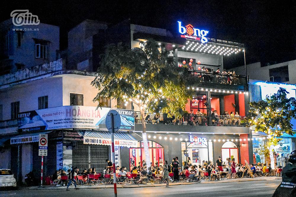Cảnh đông đúc của một quán trà sữa về đêm giữa mùa nóng.