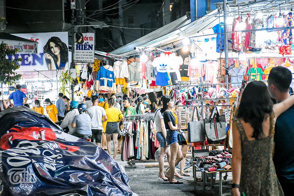 Những khu chợ sinh viên mùa nóng khi đêm về cũng tấp nập khách, không quá đông đúc và không gian thoáng nên nơi đây cũng thu hút nhiều đối tượng người trẻ đến mua sắm.