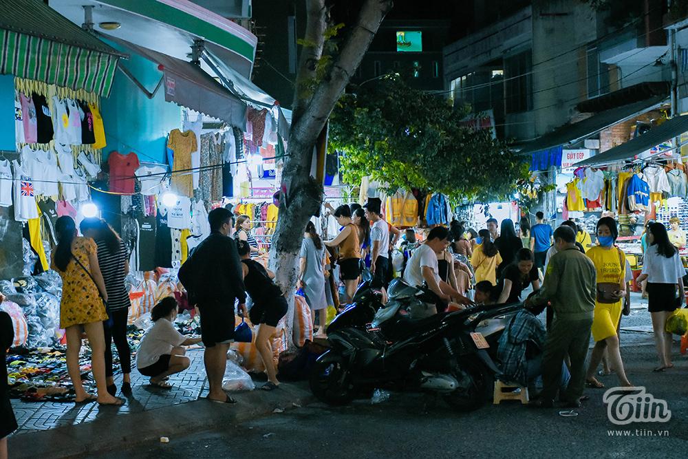 Mức giá bình dân cũng là lợi thế giúp các khu chợ này trở thành nổi bật trên bản đồ ăn chơi của giới trẻ vào dịp hè.